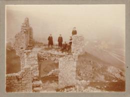 Photo Originale : 5 Hommes En Pose Dans Les Ruines Du Chateau : 1913 - CRUSSOL - Ardèche - Format 12cm X 9cm - Carton - Lieux