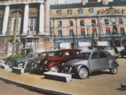 Auto, Automobile, Voiture - Beau Plan Sur Une Citroen 2 CV Et D'autres Modèles à Identifié à Dijon - Passenger Cars