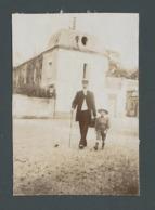 Photo Ancienne Real Homme Notable Bourgeois Marchant Avec Son Fiston Dans Une Rue De LAGNY (77) En 1907 - Luoghi