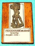 Broche, Enseigne De Pèlerin En Plomb. Moyen Âge. - Archéologie