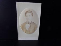 Photo CDV ( 10.5 X 6 Cm ) Dans Un Médaillon, Jeune Homme Portant Noeud Papillon Noir, Photographe Auctor - Personnes Anonymes