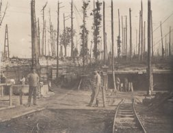 CARTE PHOTO ALLEMANDE - GUERRE 14-18 - SOLDATS DEVANT BARAQUEMENTS - VOIE DE CHEMIN DE FER - Guerre 1914-18