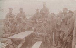 CARTE PHOTO ALLEMANDE - GUERRE 14-18 -  SOLDATS MANGEANT DANS LEUR GAMELLE - Guerre 1914-18