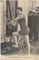 D17 - FOURAS LES BAINS - LA REINE DE LA PLAGE -Femme En Maillot Montant Dans Une Cabine Et Plusieurs Hommes La Regardant - Fouras-les-Bains
