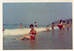 LOT De 2 PHotos Prises Sur La Plage De Guardia Piemontese Italie En Août 1971 Baigneuse En 1er Plan - Places