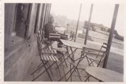 PHOTO ORIGINALE 39 / 45 WW2 WEHRMACHT FRANCE CALVADOS ARROMANCHES SOLDAT ALLEMAND A LA TERRASSE D UN CAFÉ FRONT DE MER - War, Military
