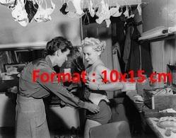 Reproduction D'une Photographie Ancienne D'une Habilleuse Avec Une Danseuse De Cabaret En 1950 - Reproductions