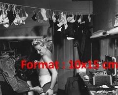 Reproduction D'une Photographie Ancienne D'une Habilleuse S'occupant De La Lingerie D'une Danseuse De Cabaret - Reproductions