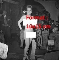 Reproduction D'une Photographie Ancienne D'une Danseuse Nue D'un Cabaret à Pigalle à Paris En 1950 - Reproductions