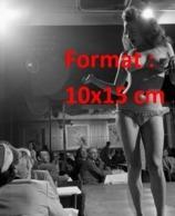 Reproduction D'une Photographie Ancienne D'une Danseuse Strip-teaseuse De Cabaret Dans Les Années 50 - Reproductions