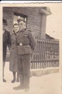 Foto Deutscher Soldat Mit Zivilisten - Pioniere IR 46  - 2. WK - 8*5,5cm (43601) - Krieg, Militär