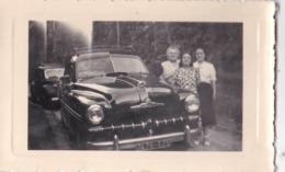 Photo Souple : Automobile  Famille Près De Sa Ford Vedette à Meudon   En 1952  Immatriculée 75 - Automobiles