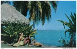 Carte Postale Tahiti Jeunes Filles Tahitiennes Devant Leur Case Trés Beau Plan - Tahiti
