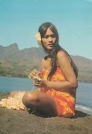 REF.HP . CPM . TAHITI . JOLIE FEMME TRESSANT DES COLLIERS DE FLEURS - Tahiti