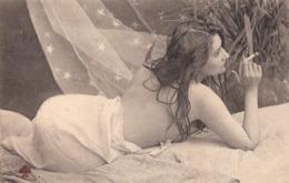Très JOLIE CARTE FEMME Légérement Vêtue A La Cigarette-1904- TBE - Femmes