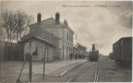 D17 - LE CHAPUS - LA GARE - Plusieurs Personnes Sur Le Quai - Train - Wagons - France