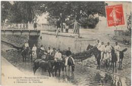 D17 - SAUJON - MANOEUVRES DE CAVALERIE-UN PELOTON DE DRAGONS A L'ABREUVOIR DU PONT NEUF-Enfants Sur Le Mur - Saujon