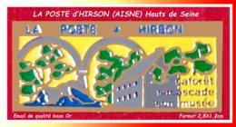 SUPER PIN'S LA POSTE : BUREAU POSTALE D'HIRSON Dans L'AISNE En HAUT De SEINE, émail Base Or, Format 2,8X1,2cm - Post