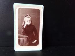 Photo CDV ( 10.5 X 6.5 Cm ) Jeune Fille Accoudée à Un Fauteuil, Photographe Vaille à Paris - Anonymous Persons