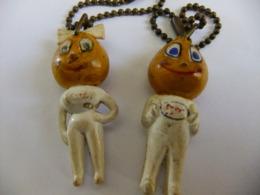 Année 60 2 Portes Clés  Latex Figurine Filles ESSO - Porte-clefs