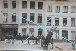 Photo SAINT OMER Grand Place Exercice Démonstration Pompiers Pompier Boulangerie Vers 1900 - Lieux