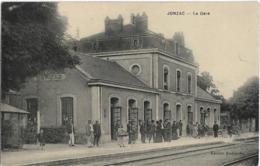 D17 -JONZAC - LA GARE - Plusieurs Personnes Sur Le Quai -  Enfant Avec Un Grand Panier - Charrettes Pour Les Bagages - Jonzac