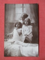 RPPC Mother With 2 Girls  .  Ref 3640 - Postcards