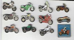 MOTO LOT DE 12 PINS EN TRES BON ETAT - Motor Bikes