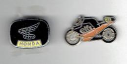 MOTO PUBLICITE HONDA 1 EPINGLETTE ET 1 PINS EN TRES BON ETAT - Motor Bikes
