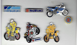 MOTO PUBLICITE SUZUKI 1 EPINGLETTE 1 BROCHE EMAIL ET 5 PINS EN TRES BON ETAT - Motor Bikes