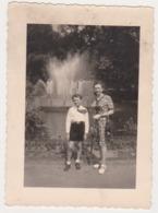 27111 -Photo BELGIQUE LIEGE Oparc Acclimatation Boverie -Aout 1947 -enfant Femme Fontaine - Orte