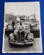 VW Volkswagen KÄFER Mit Seinem Stolzen, Jungen Auto-Besitzer # Original Altes Photo # [19-2284] - Automobile