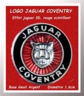 """SUPER PIN'S JAGUAR : Logo """"JAGUAR"""" Site De COVENTRY Version LUXE ARGENT, TÊTE Effet 3D, Fond ROUGE FLUO Diamètre 1,6cm - Jaguar"""