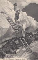 74 LES BOSSONS RANDONNEURS PASSANT UNE ECHELLE AU GLACIER DES BOSSONS  VALLEE DE CHAMONIX MONT BLANC JJ 7792 - Chamonix-Mont-Blanc