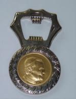 ANCIEN DÉCAPSULEUR RELIGION EN  METAL LE PAPE JEAN PAUL II ET VATICAN ROME   TBE  1987 - Bottle Openers