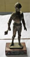 ANCIENNE LOURDE SCULPTURE BRONZE REGULE ? CHEVALIER AVEC ARME SEC XVI BE - Brons