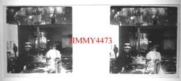 Plaque De Verre En Stéréo - Deux Personnes Sur Une Terrasse D'un Café - Saint Raphaël 83 Var - Taille 43 X 107 Mlls - Diapositiva Su Vetro