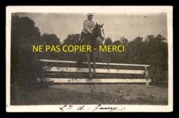 MILITARIA - LE LIEUTENANT DE GUERRY  A CHEVAL - SAUT D'OBSTACLE - CARTE PHOTO ORIGINALE - Regiments