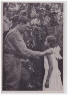 DT- Reich Propaganda Sammelbild (000236) Adolf Hitler Bild 164, Sie Sagt Ihr Gedichtchen. Der Führer Auf Einem Seiner .. - Deutschland