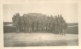 PHOTO ORIGINALE BERRY AU BAC GROUPE DE SOLDATS DEVANT LE MONUMENT AUX MORTS DES CHARS D'ASSAUT - Guerre, Militaire