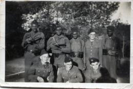 Photo De Soldat Francais Avec Des Tirailleur Africain Dont Deux Qui Vise Le Photographe Avec Leurs Mitrailleuse - War, Military
