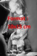 Reproduction D'une Photographie Ancienne D'une Danseuse De Cabaret Ajustant Sa Tenue Dans Une Loge - Reproductions