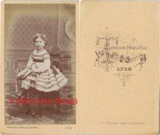 CDV Vers 1880-jolie Fillette Avec Très Belle Robe-photo Terrisse Père Et Fils à Lyon-mode Enfant - Antiche (ante 1900)