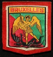 Patch Écusson Tissu Touristique : Belgique - Bruxelles - Saint Michel Terrassant Le Dragon - Sur Cuir Retourné Rouge - Ecussons Tissu