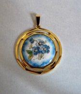 Pendentif à Fleurs Bleues Sur Porcelaine, Monture En Métal Doré - Pendentifs