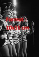 Reproduction D'une Photographie Ancienne De 4 Danseuses De Cabaret En Tenue - Reproductions