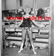 Reproduction D'une Photographie D'une Danseuse De Cabaret En Corset, Porte Jarretelle Et Bottes Blanches à Lacet - Reproductions