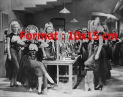 Reproduction D'une Photographie Ancienne De Danseuses En Tenue De Cabaret à Londres En 1935 - Reproductions