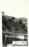 (LA GRAVE  )( 05 ) UN PONT SUR LA ROMANCHE .EN HAUT LA PENSION . 1947 - Places