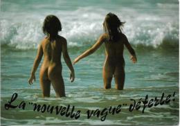 CPM. LA NOUVELLE VAGUE DEFERLE. ENFANTS NUS EN BORD DE MER. - Taferelen En Landschappen